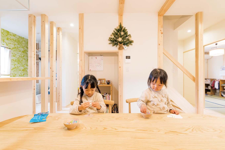 福工房【子育て、自然素材、間取り】テーブルや椅子も『福工房』のもの。雰囲気にマッチ