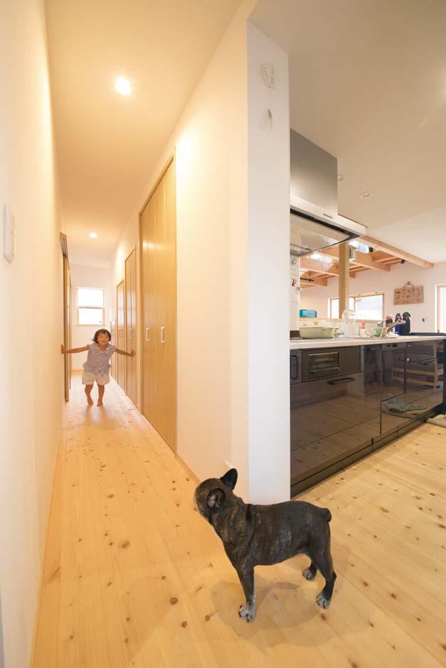 福工房【デザイン住宅、子育て、自然素材】畳コーナーとキッチンから大きく回遊できる動線が便利
