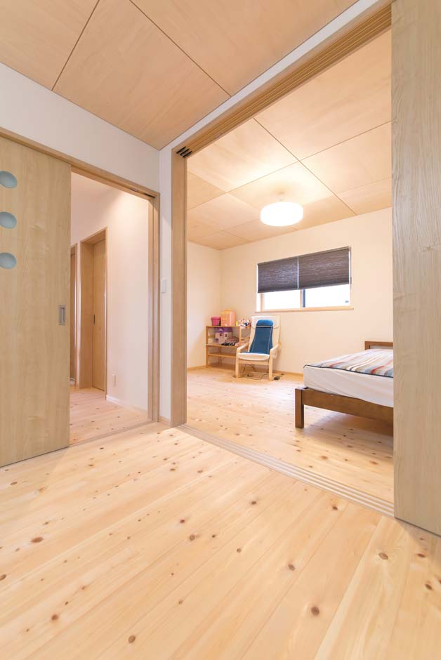 福工房【デザイン住宅、子育て、自然素材】2階の居室は建具で仕切り、可変性と開放感を持たせた