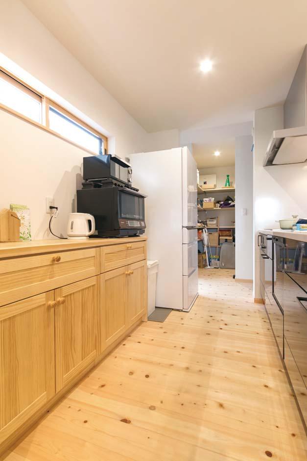 福工房【デザイン住宅、子育て、自然素材】長身の奥さまは、90cm高のキッチンもこだわり。奥に設けた大きなパントリーも使い勝手がいい
