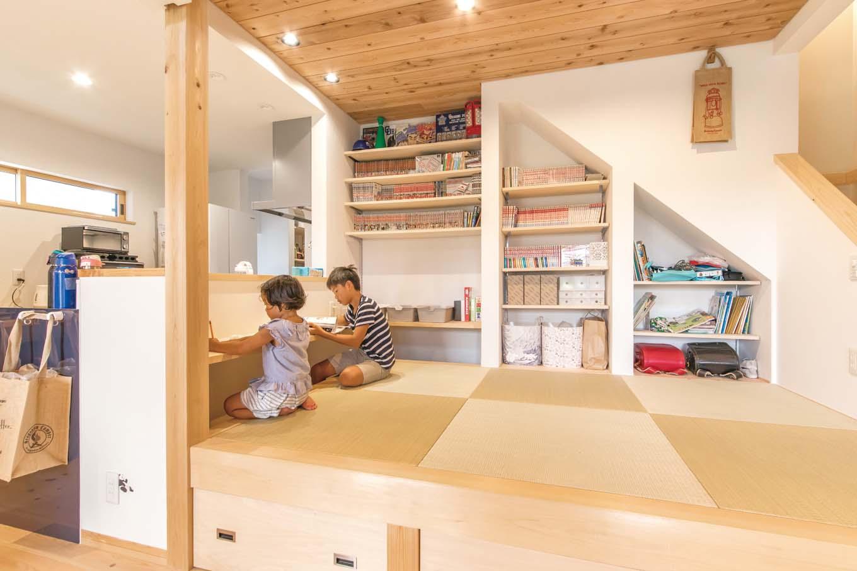 福工房【デザイン住宅、子育て、自然素材】畳コーナーには、階段下を活用して、壁一面に宿題デスクと可動棚を造作