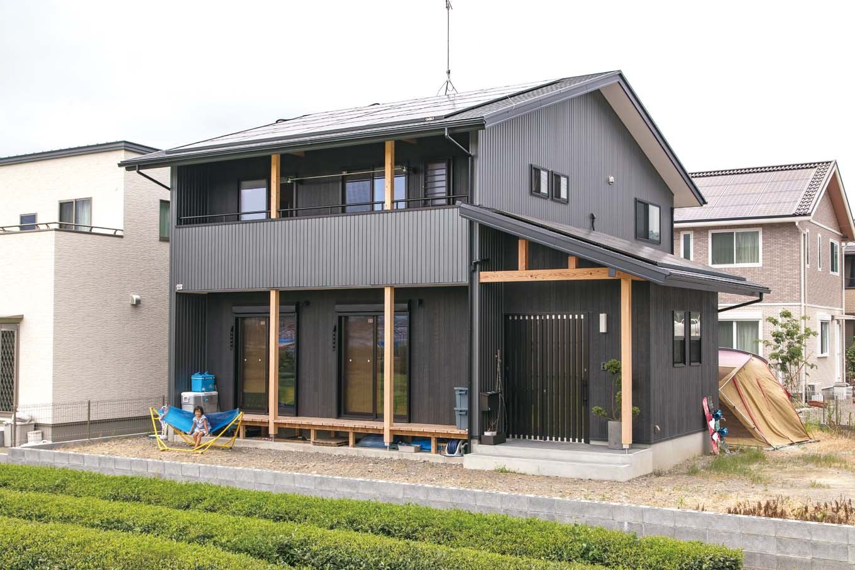 福工房【デザイン住宅、子育て、自然素材】外観はブラックでまとめた。LDKから出入りでき、アウトドア感覚で過ごせるウッドデッキも