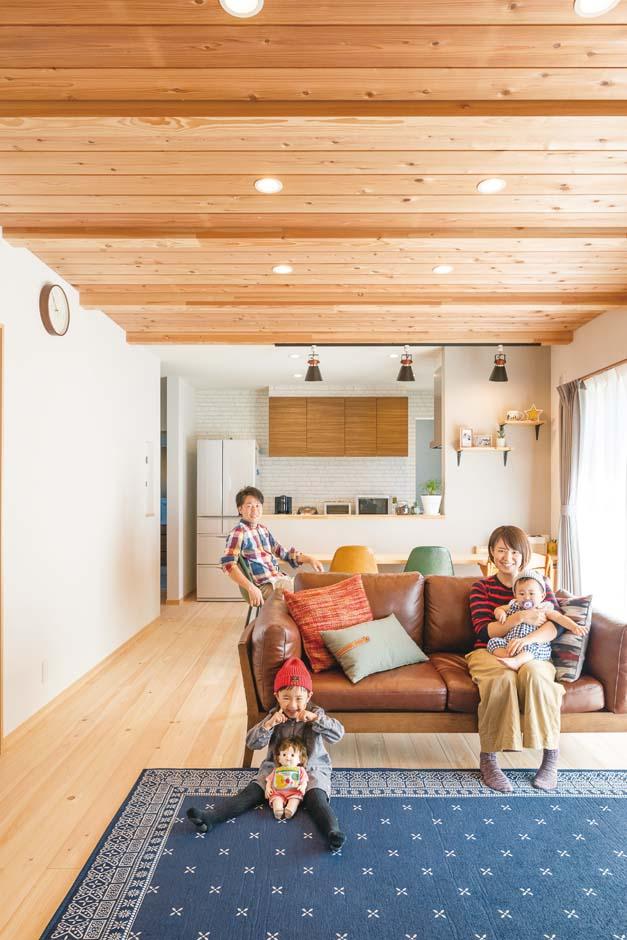 福工房【子育て、自然素材、間取り】床は天竜ひのき、天井はスギ、壁には高い吸湿・吸着効果を発揮する塗り壁材を使用。開放感とナチュラルなぬくもりが団らんを包む