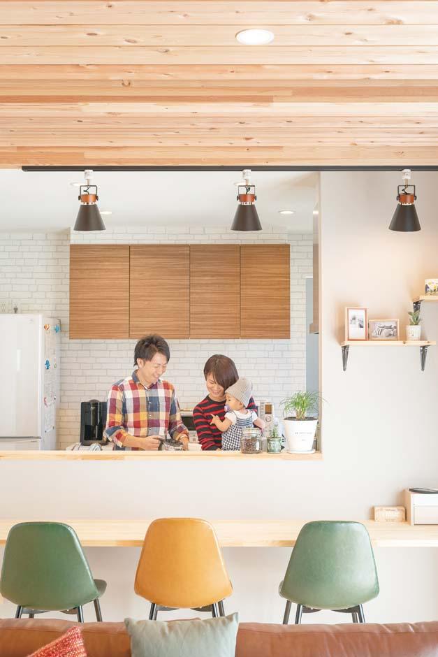 カウンターと棚を造作してもらい、カフェ風のキッチンが完成