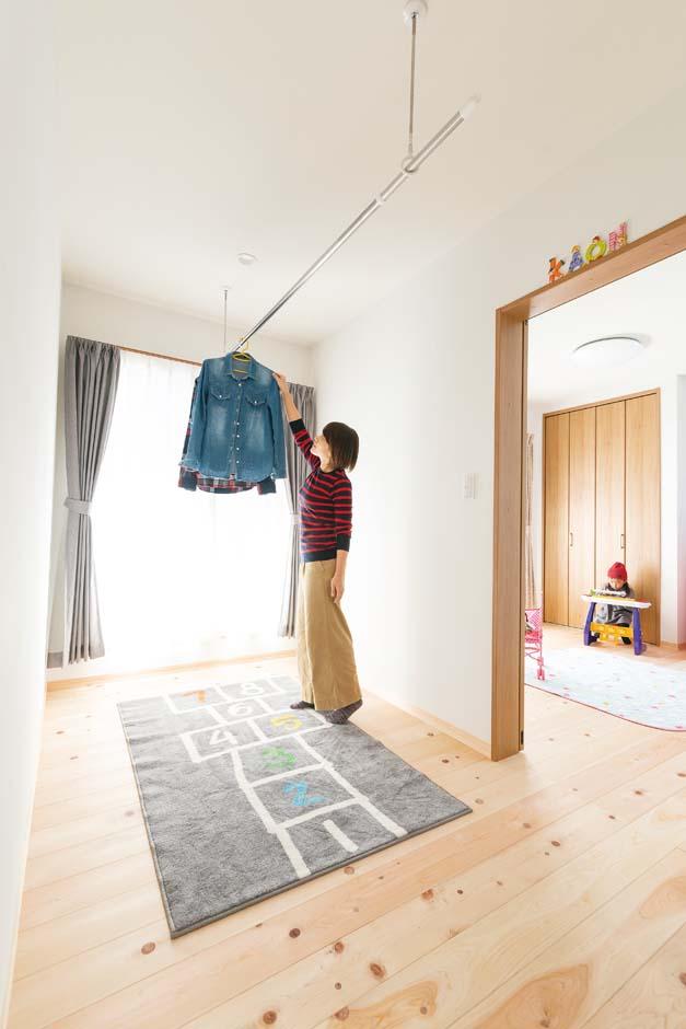 福工房【子育て、自然素材、間取り】2階ホールは雨の日や花粉の季節の物干しスペースに