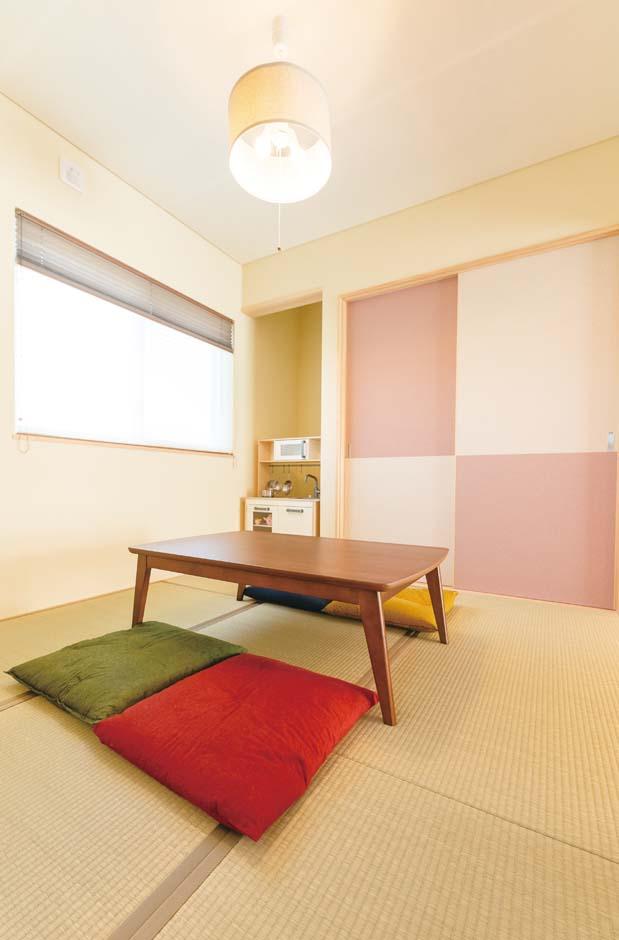 福工房【子育て、自然素材、間取り】土間から直接入ることができる和室。普段はLDKとつなげ、広さを演出