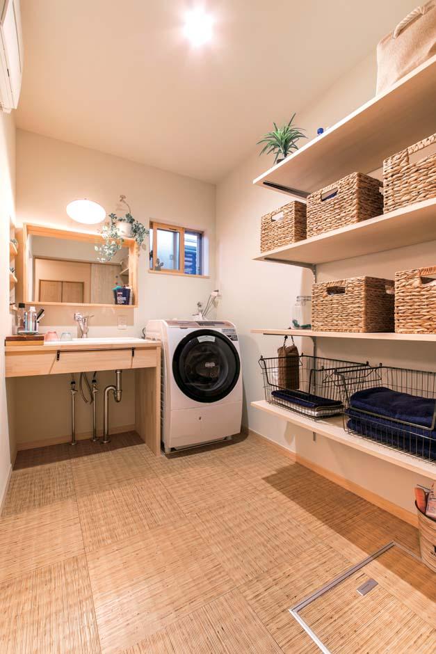 毎日使う洗面台はニッチや気に入った鏡を取り付けてもらい、かわいさをプラス。高さ可変の棚も重宝