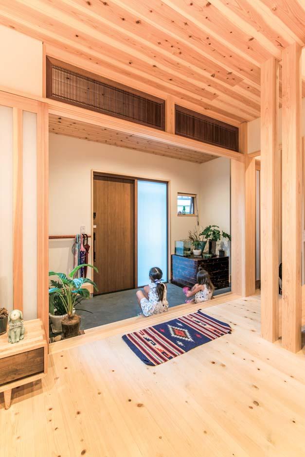 広々として、どこかなつかしい土間空間が2世帯3世代の暮らしを穏やかに交差させる。欄間も前の家のもの