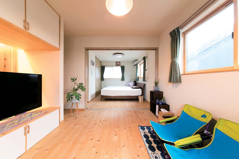 夫婦の寝室は2つに分けられる造り。空間を広く使えるよう、クローゼットの半分をテレビ台に