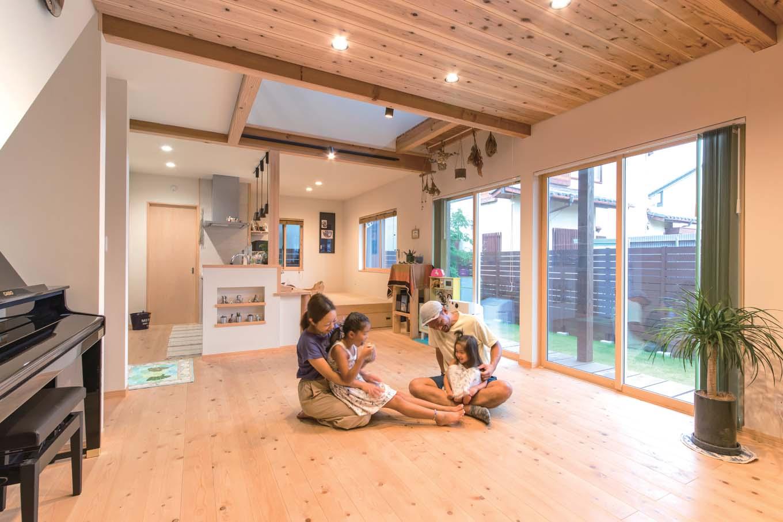床は天竜ひのき、天井はスギ、壁には珪藻土クロスを使用。吹き抜け、リビング階段、ウッドデッキがLDKに開放感やつながり、楽しさなどのプラスαをもたらしている