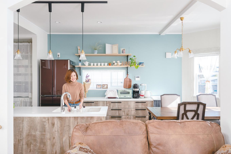 セルコホーム浜松(オバタケイ)【デザイン住宅、輸入住宅、ペット】品のあるミントグリーンの壁紙のキッチン。横線状にあるダイニングは、パントリー幅を取るべきか悩んだそう。「収納は工夫次第。ゆとりのダイニングで大正解」