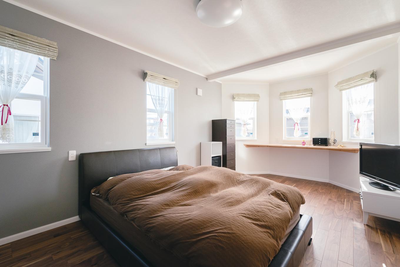 セルコホーム浜松(オバタケイ)【デザイン住宅、輸入住宅、ペット】夫婦の寝室には、窓辺にカウンターを設置。飾り棚やデスクワークなど、さまざまな用途で活躍