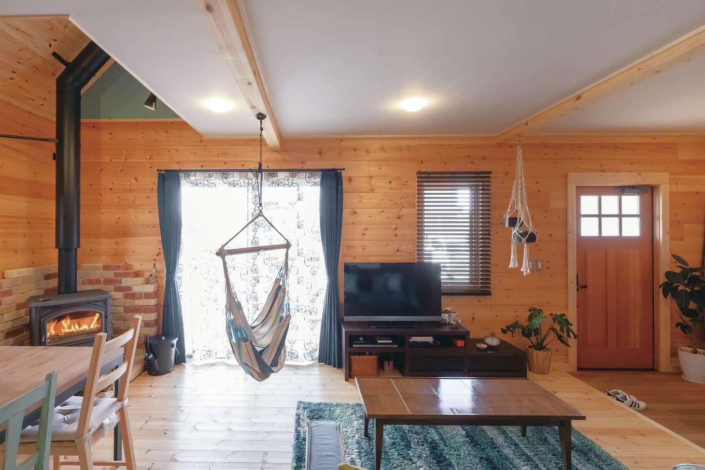 「ログハウスは、家具も雑貨もポンと置くだけで絵になる」と奥さま。ハンモックに座ると、気持ちよくて寝てしまうことも