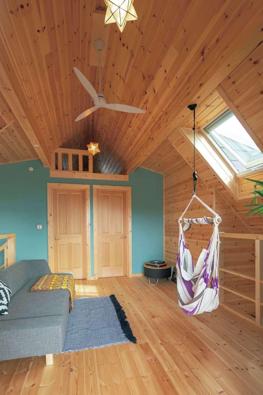 2階ロフトには天窓を備えた。吹き抜けを通して1階に光を届けるため、リビングは西向きながら年中明るい