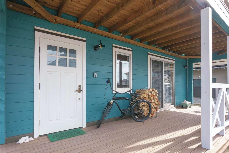 ブルーの塗料に白いドアが映える玄関