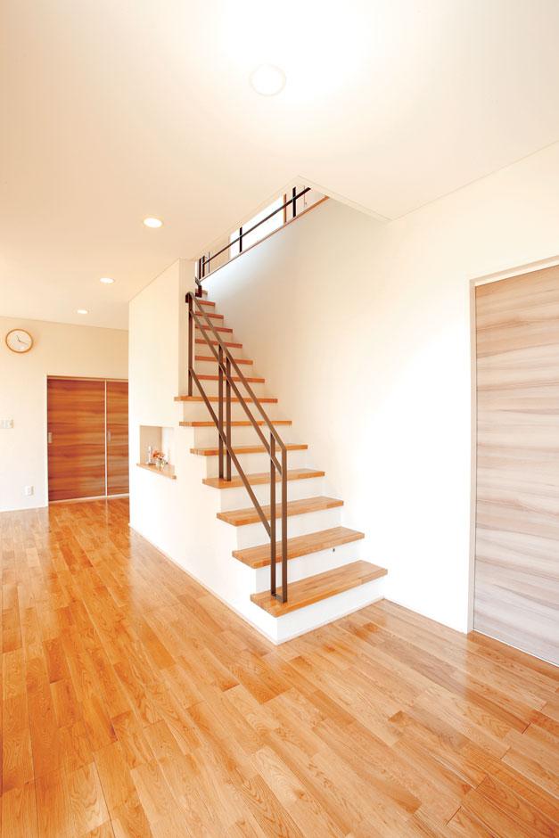 アキヤマ【デザイン住宅、子育て、省エネ】2階の子ども部屋へはリビング階段で
