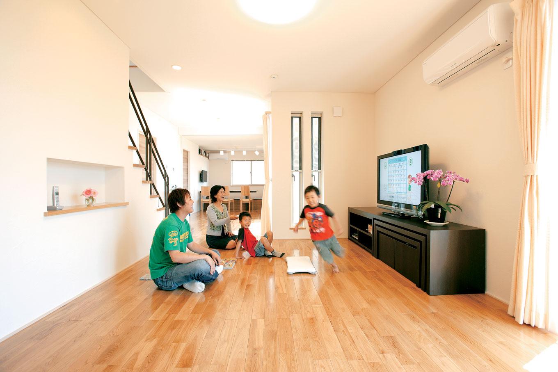 アキヤマ【デザイン住宅、子育て、省エネ】リビングは南面の大開口を軸に、ワイドスパンの間取り。床はムクのナラ材、壁は珪藻土を使用
