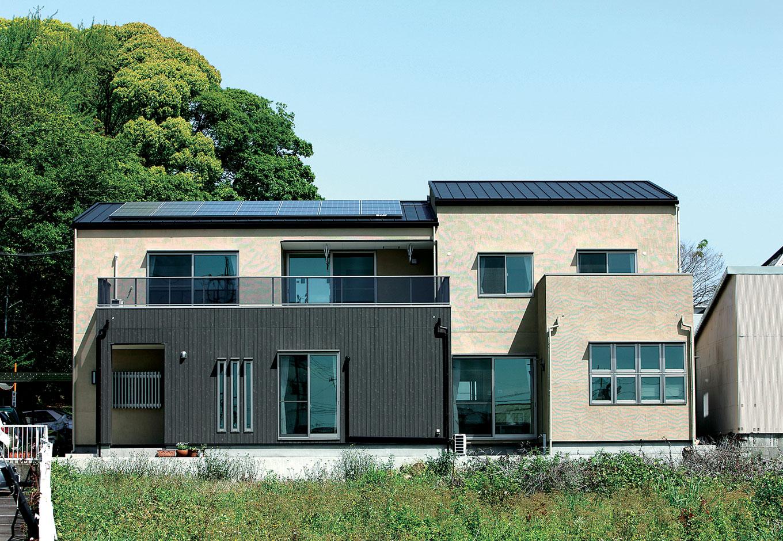 アキヤマ【デザイン住宅、子育て、省エネ】外壁の一部に木目調のサイディングを使用。屋根には太陽光発電を設置