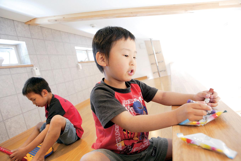 アキヤマ【デザイン住宅、子育て、省エネ】小窓付きのロフトは、子どもたちの秘密基地として大活躍