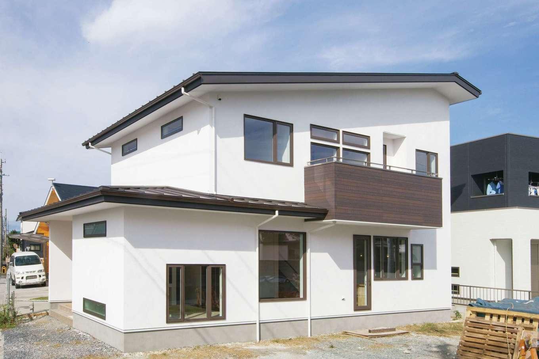 コバケンホーム(小林建設)【収納力、自然素材、間取り】「ブランシュ」シリーズで建てたSさん宅の外観。漆喰塗りの外壁が青空に映えて美しい