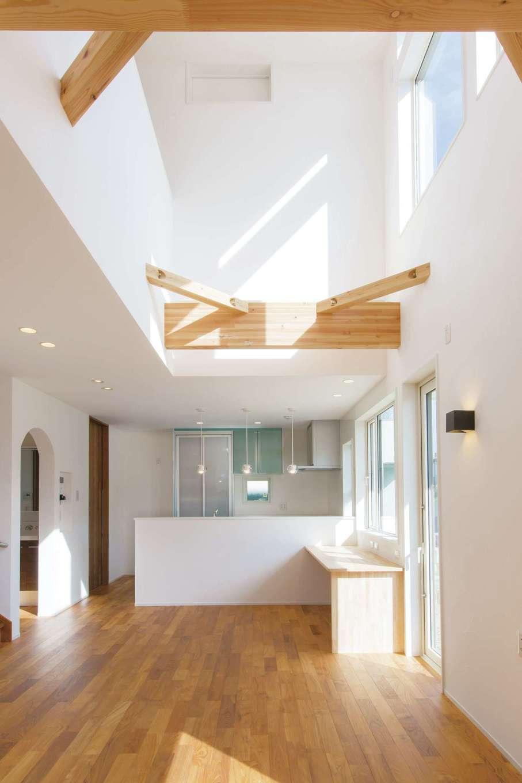 コバケンホーム(小林建設)【収納力、自然素材、間取り】吹抜けのリビング。高窓から陽光が燦々と降り注ぎ、漆喰の白壁が冴える。室内には全熱交換型換気システムを導入し、年中快適な住環境とクリーンな空気をキープ。自然素材に包まれたおおらかな空間で清々しい毎日を満喫できる