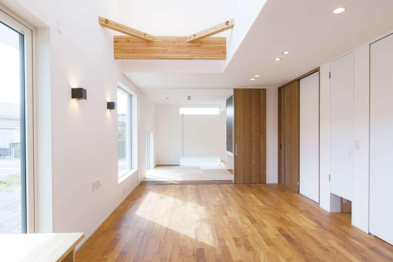 コバケンホーム(小林建設)【収納力、自然素材、間取り】チークの床が高級感を醸し出すLDK。壁と天井は漆喰塗り。キッチンの真正面にあたる。和室は奥さまのこだわり。小さなお子さまを寝かせておいても、キッチンからいつでも様子を見守れる