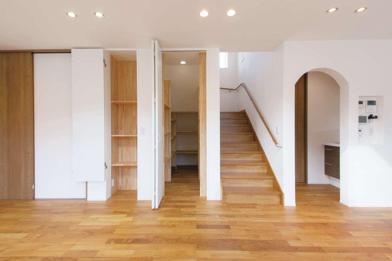 コバケンホーム(小林建設)【収納力、自然素材、間取り】LDKには壁面や階段下に収納スペースをたっぷり確保。片付けがしやすく、室内のキレイをキープできる。階段は幅を広めにとり、老後も上りやすいように緩やかな勾配にした