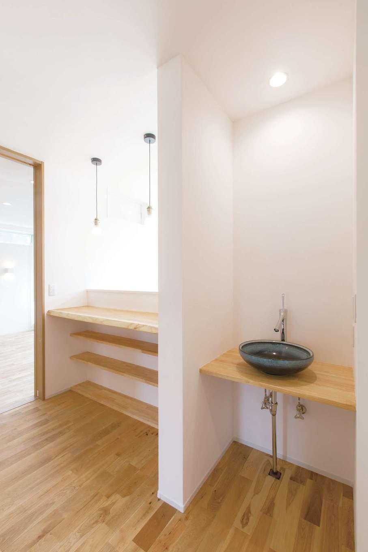 コバケンホーム(小林建設)【収納力、自然素材、間取り】2階ホールに設けた手洗いコーナーとカウンタースペース。シンプルなデザインが素材感を引き立てる