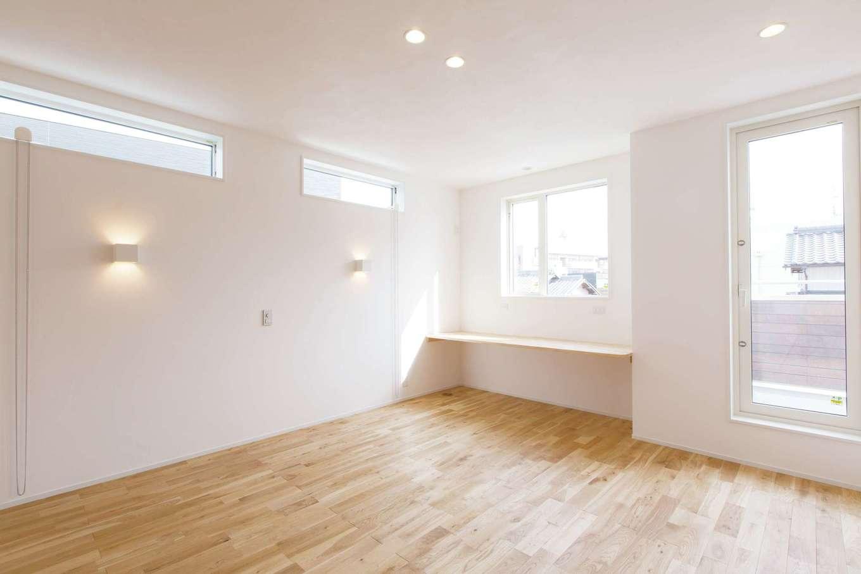 コバケンホーム(小林建設)【収納力、自然素材、間取り】バルコニーに面した寝室。2階の床はナラの無垢材。カウンターは読書をしたり、奥さまがスキンケアをしたりと多目的に使えそう