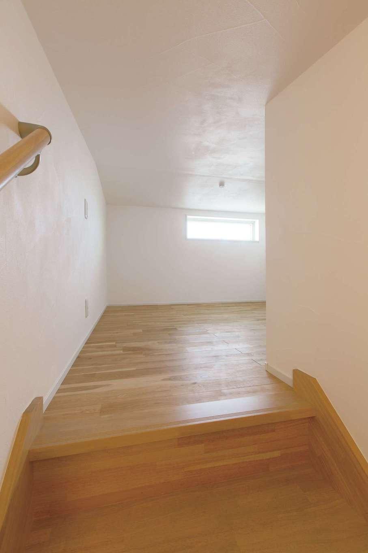 コバケンホーム(小林建設)【収納力、自然素材、間取り】小屋裏階段と小屋裏収納までも無垢の床と漆喰壁で丁寧に仕上げてある