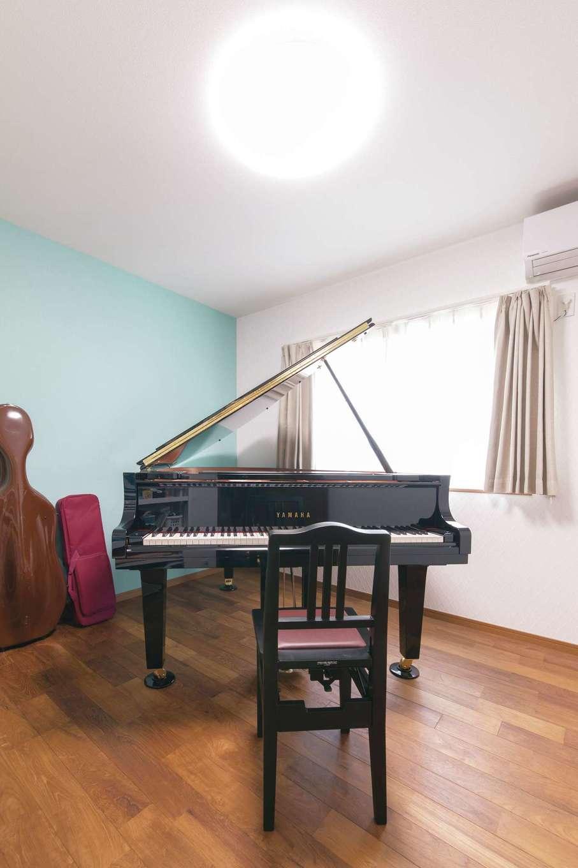 釜慶鉄工【趣味、ガレージ、鉄骨鉄筋コンクリート構造】玄関の奥に設けたピアノ室。防音機能付きなのでピアノの演奏音がほとんど漏れず、奥さまがいつでも好きな時に演奏を楽しめる