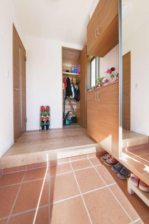 Um House(マル祐戸田建築)【子育て、収納力、間取り】玄関ホールにもクローゼットを造作し、お出かけ時の支度もスムーズに。全身鏡を設置して空間を広く見せる工夫も光る