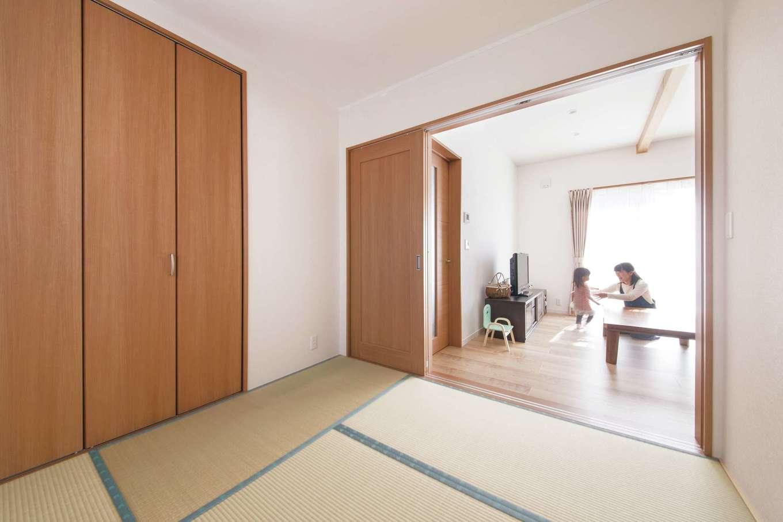 Um House(マル祐戸田建築)【子育て、収納力、間取り】リビングに隣接する独立型の和室。客間として使うだけでなく、子どもが熱を出した時に寝かせたり、洗濯物をたたむ時にも便利