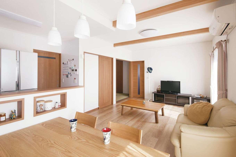 Um House(マル祐戸田建築)【子育て、収納力、間取り】木のぬくもりに包まれたLDK。家族の様子を見渡せる位置にキッチンを配置。天井まで届くホワイトボードはマグネットで紙を貼れる