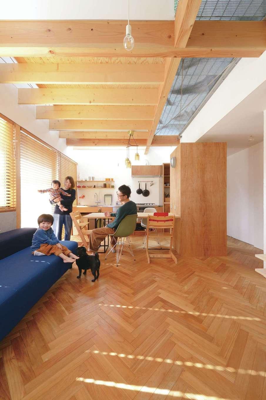 MABUCHI【デザイン住宅、狭小住宅、間取り】吹抜けで1階と2階が繋がり、実寸以上の広さを感じさせるオープンなLDK。高窓から注ぐ光が室内全体に行き渡る。2階の廊下には金属をスノコ状にした土木建築材のグレーチングを使用。光と視線が抜ける開放的な空間で、家族が一体感を味わえる