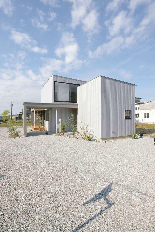 MABUCHI【デザイン住宅、狭小住宅、間取り】広い敷地とのバランスを考えてデザインされた外観。お母さまの居住棟と子世帯の居住棟の2棟から成り立っている。建物と共に外構のデザインも岸本氏が手がけた
