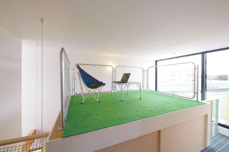 MABUCHI【デザイン住宅、狭小住宅、間取り】ご主人の書斎。子どもが上がれないように床を高くし、壁の代わりにアメリカンフェンスを使用。大窓から風景が迫り、空中散歩のような開放感を楽しめる