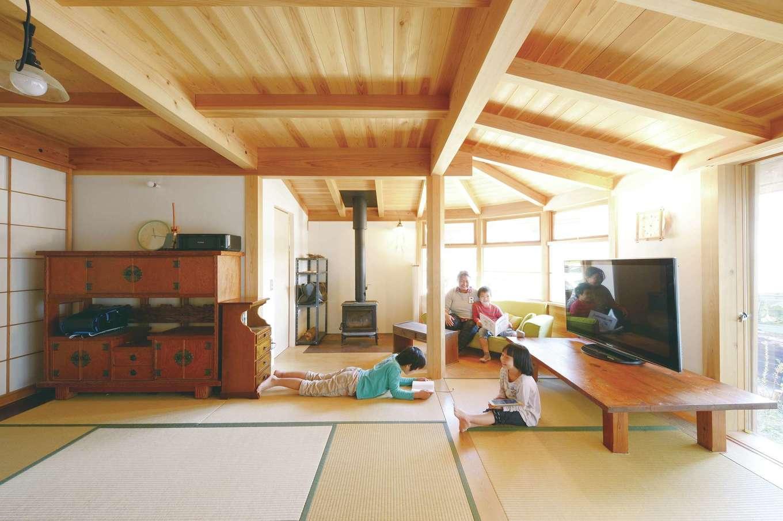 石牧建築【子育て、和風、自然素材】茶の間スタイルの畳リビング。座卓を家族で囲み、お腹一杯になったらゴロン。きれいな木目の天井は天竜杉、大黒柱は天竜ヒノキ