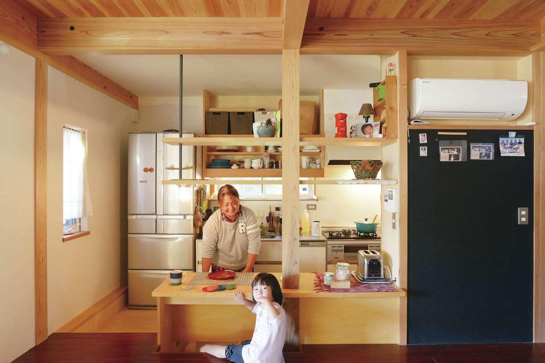 石牧建築【子育て、和風、自然素材】畳に座る家族と奥さまの目線の高さを近づけるため、台所のフロアレベルを2段(36cm)下げた
