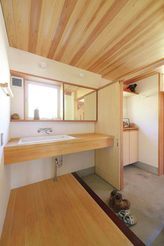 石牧建築【子育て、和風、自然素材】土間玄関から洗面台、浴室へ一直線につながる「泥んこ動線」