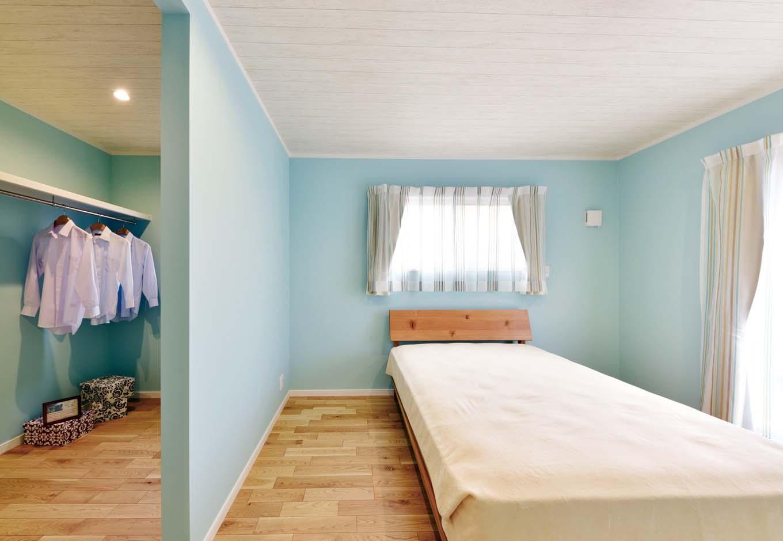 採光や通風も考慮し、間仕切りで区切った寝室スペースをクローゼットスペース。