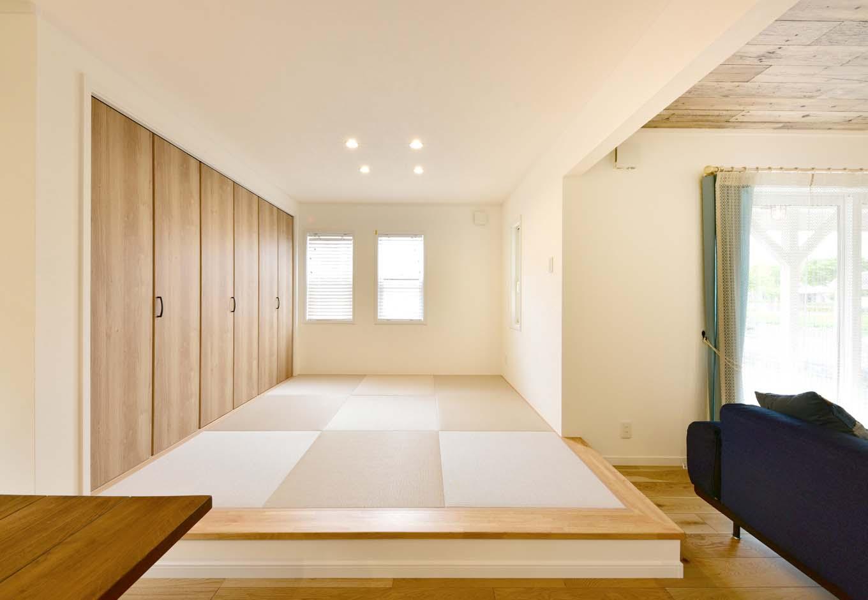 LDK空間に小上がりの畳スペースも設置。クローゼットも広く設けたので、物が溢れがちなリビングがスッキリと片付く。