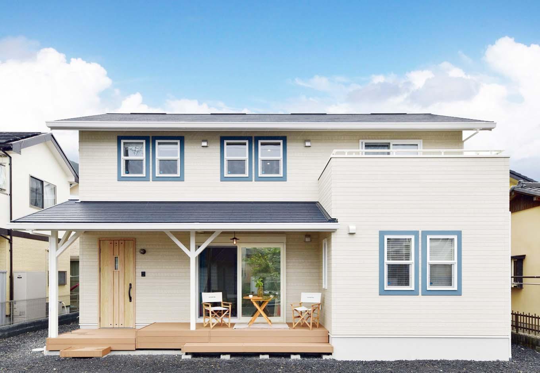 窓廻りのブルーのモールをアクセントに、ナチュラルスタイルに仕上げたサーファーズハウス。