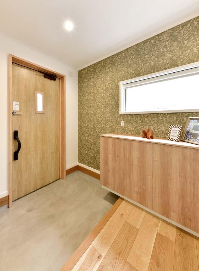 広々とした土間収納を設けた玄関はスッキリとした印象に。窓も大きく取れるため、明るさも十分だ。