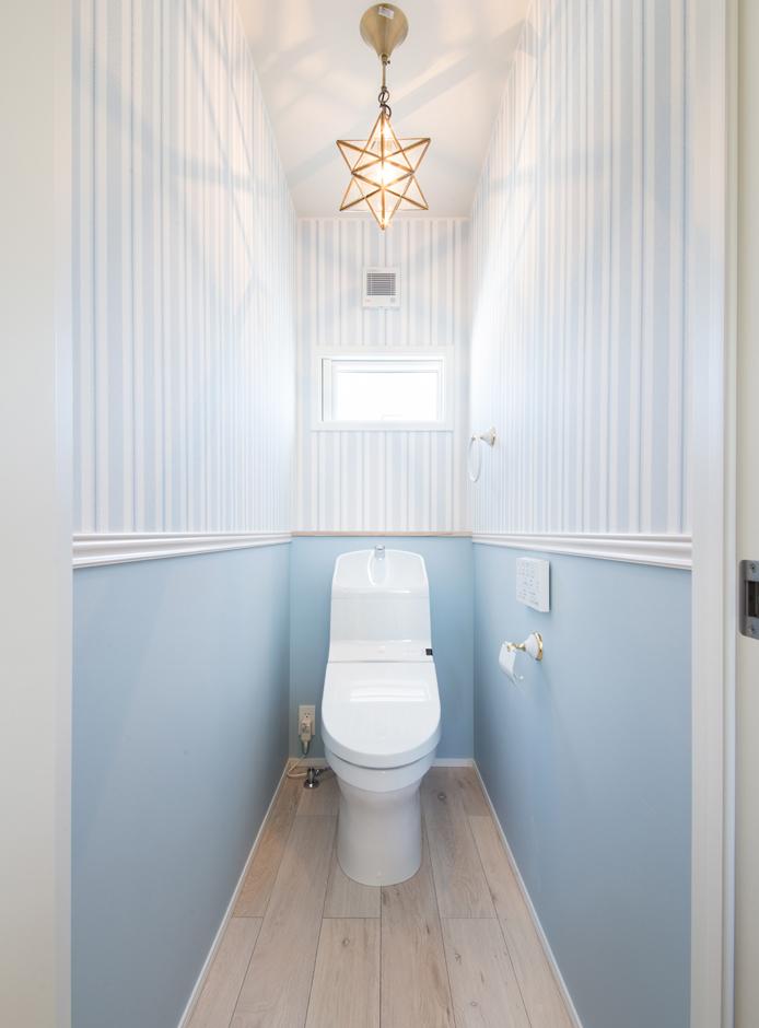 静鉄ホームズ【インテリア、デザイン住宅、間取り】優しいブルー色合いでまとめた1階トイレ。紙巻器やタオル掛けもヨーロピアンなデザインのものをチョイス。