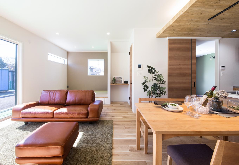 静鉄ホームズ【インテリア、デザイン住宅、間取り】大きな掃出し窓から明るい光が差し込むリビング。