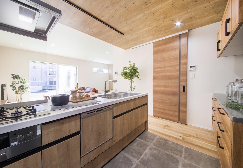 静鉄ホームズ【インテリア、デザイン住宅、間取り】食洗機などもついて機能的にも優れたシステムキッチン。建具はハイドアを採用し、天井との取り合いも上手にまとまっている。