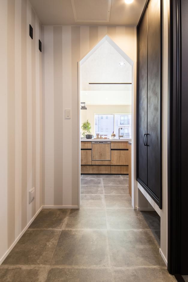 静鉄ホームズ【インテリア、デザイン住宅、間取り】三角垂れ壁の開口部がかわいいキッチンの背面に位置するパントリー。洗面所からもアクセスができ水廻りを行き来できる。