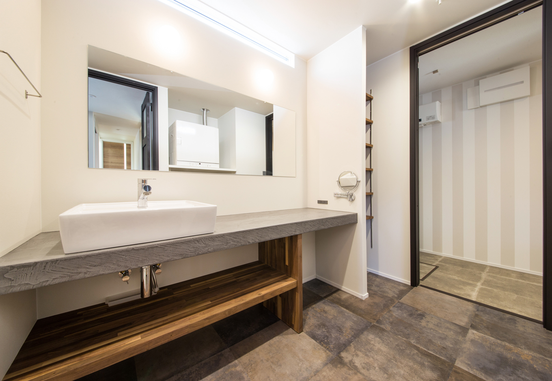 静鉄ホームズ【インテリア、デザイン住宅、間取り】モールテックスという左官材で仕上げた洗面は、無骨さと洗練さが組み合わさった空間。
