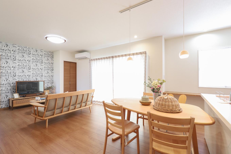 遠鉄ホーム【デザイン住宅、間取り、ガレージ】家族の様子を見渡せる位置にキッチンをレイアウト。リビングイン収納を設け、部屋にモノがあふれないように配慮した